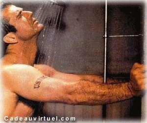Une douche avec un bel homme