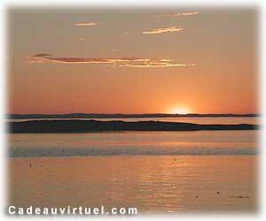 un coucher de soleil  à la mer